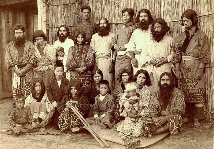Мужчины и женщины народности айну