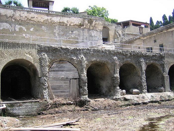 Под арками располагались лодочные ангары